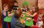 Домашний детский сад СПб Калининский р-н  - День ржд дети за столом(1).jpg
